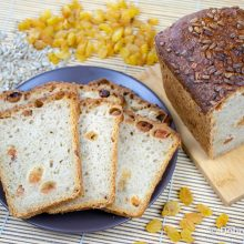 Белый хлеб с золотым изюмом и семечками на закваске